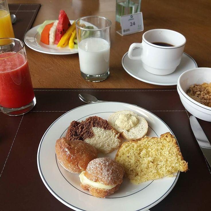 Bom dia Campos do Jordão! Café da manhã vegano no hotel Serra da Estrela!!! Tem leite de amêndoas sonho vegano... #camposdojordão #hotelserradaestrela #govegan #cafedamanhavegano #viagem #leitedeamendoas by vegporai
