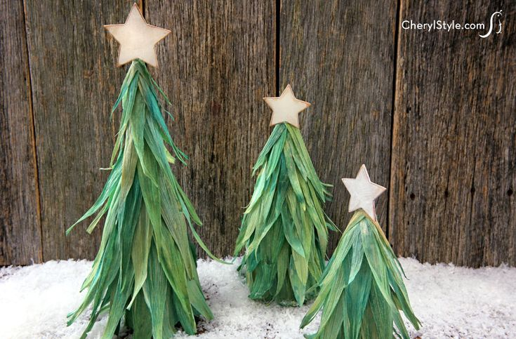 An easy, affordable, and adorable corn husk Christmas tree craft - Everyday Dishes & DIY