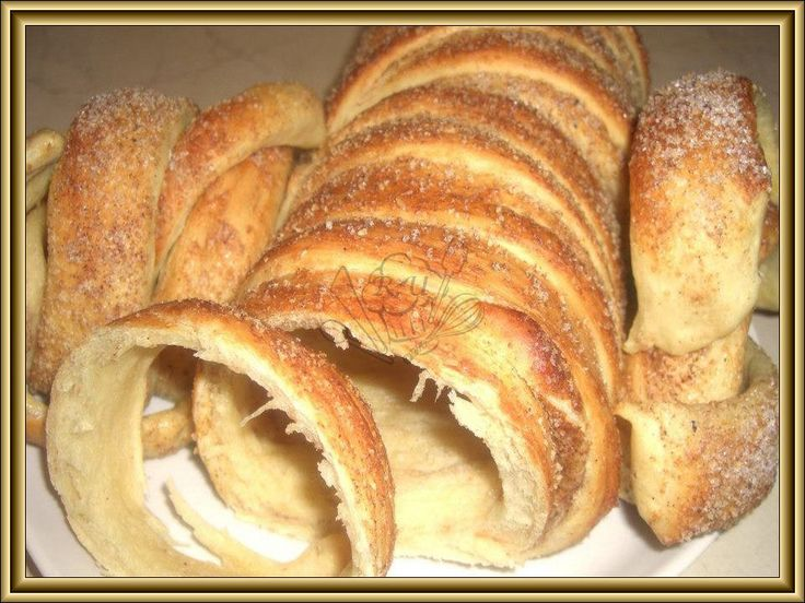 Trdelník    Těsto:   1kg hladká mouka  0,5 mléko vlažné  1 kostka droždí  3 vajíčka/pol.dávka dávam 2vajíčka/  2 dcl olej  1 kavová lžička s...