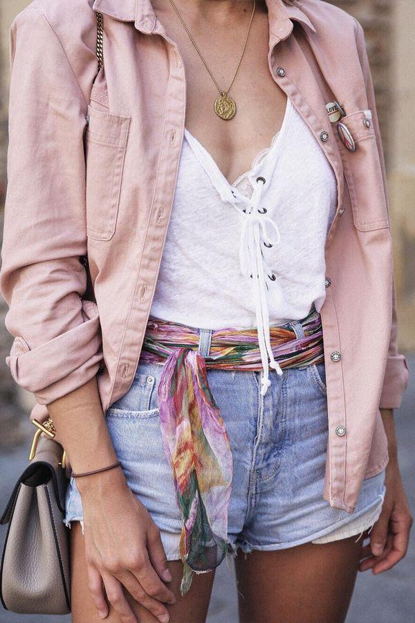 short jeans e camisa rosa