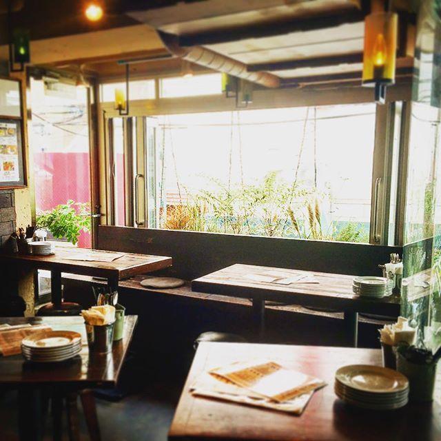 今日はとても暖かいランチでしたー‼️ 🍃春風がきもちぃぃぃー🌸🍃 . . こんな日は、窓側のお席が最高におすすめです‼️ . . 明日も26°Cと暖かいお昼になりそうです🌸 . . ぜひミキヤズで春を感じるランチいかがですか🌸 . .  #自由ヶ丘#自由が丘#東横線#パスタ#パスタバル#イタリアン#mikiyas#ミキヤズ#パスタバルミキヤズ#ランチ#lunch#サラダランチ#生パスタ#生Pasta#スパークリング#シャンドン#ビール#泡#ワイン#表面張力#タパス#アヒージョ#ピザ#肉#宮野竜太#竹本幹也#バイキング#お願いランキング
