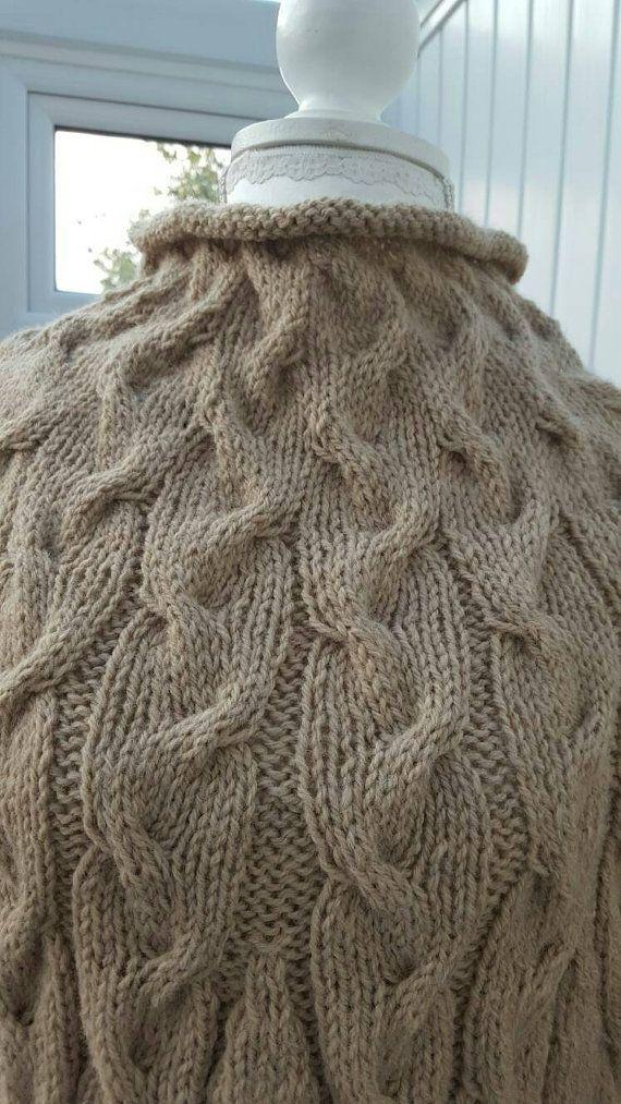Prêt à lexpédition...  Magnifiquement à la main poncho tricoté avec poignets en laine d'Aran. Taille S/M couleur beige.  Si vous préférez une autre couleur ou taille L/XL s'il vous plaît m'envoyer un message. Il me faut environ 2 semaines pour tricoter un poncho.  Qui concerne Knittedbyjools.