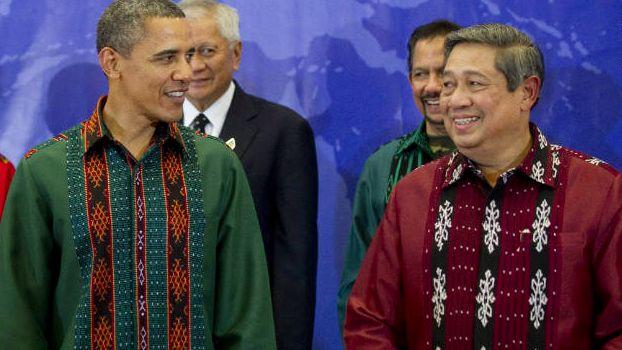 Nah, bahkan para orang terpandang dunia itu saja mengenakan baju batik pria, lalu mengapa Anda yang merupakan negarawan asli Indonesia merasa enggan memakai batik?