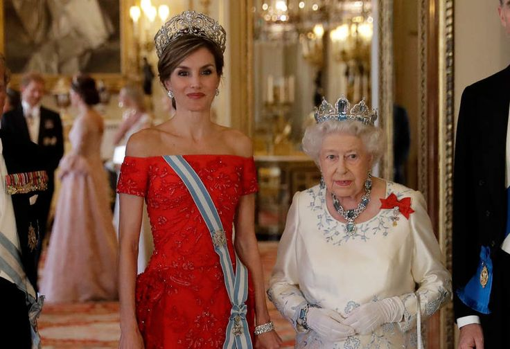 Letizia était sublime dans sa longue robe rouge col Bardot