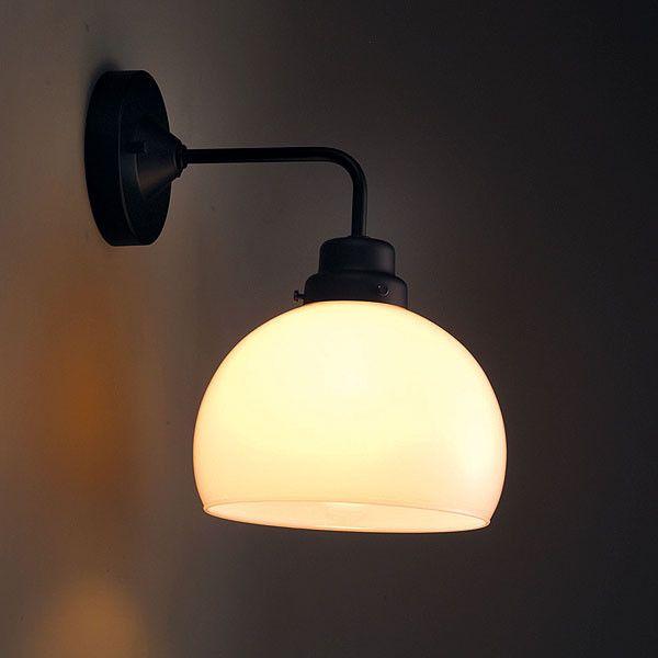 職人が一つ一つ丹精込めた手吹き硝子です。味わいのある奥の深いレトロ感あふれる灯りです。※手吹き硝子のため、重量には誤差があります。また、気泡等が発生することがあります。予めご理解下さいます様お願い致します。ウォールランプは乾燥した屋内専用です。屋外や浴室、水気のあるところではご使用できません。また、取り付けには電気工事士による取り付け工事が必要です。工事費は価格に含まれておりませんので、ご了承ください。お急ぎの場合はご注文の前に、納期をお問い合わせいただきますようお願いいたします。※LED電球や電球型蛍光灯にも対応しております。サイズ:Φ265×H290mm素材 :スチール(黒塗装) フリー型連結端子付電球 :E-26 60W 一般球 送料 :無料(北海道、沖縄、離島は別途中継料)