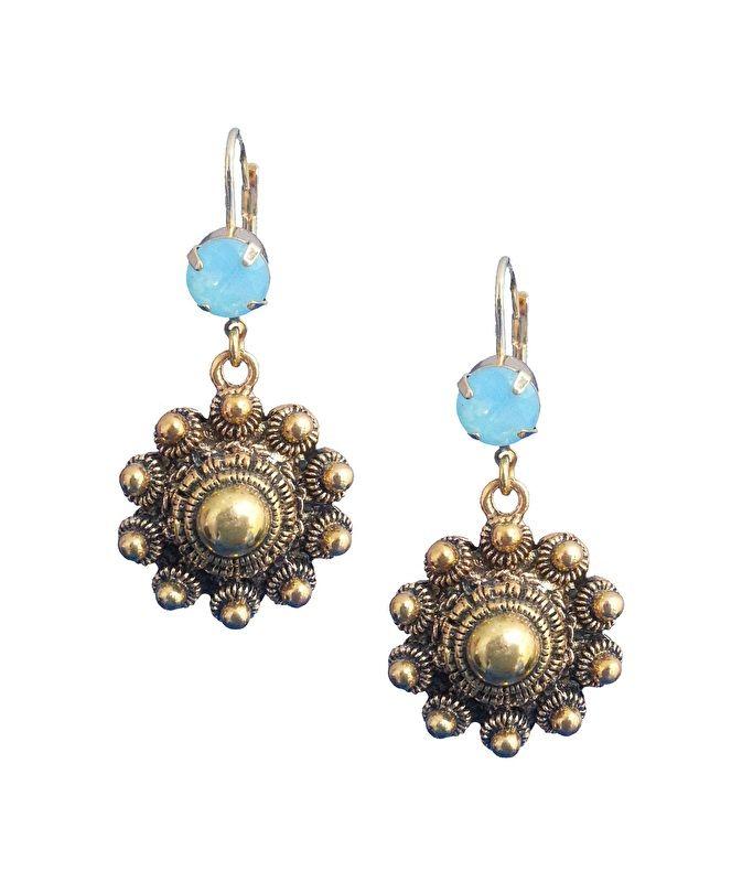 Handgemaakte oorhangers met prachtige authentieke Zeeuwse knoppen en mooie ;Swarovski steen in de zomerse kleur Rose Water ;Opal. Met deze oorbellen heb je een échte eyecatcher te pakken!