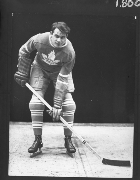 Syl Apps poses for a portrait with the Toronto Maple Leafs no later than October 1937. (HHOF/Images on Ice)