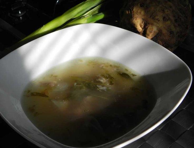 Recept na pravý GAPS vývar  Co je důležité?  1/ Vývar vařit minimálně 6 hodin. Můžete ho vařit i klidně 12 hodin, ale já vydržím maximálně šest.  2/ Použít jablečný ocet, který uvolní veškeré vitamíny, minerály a kolagen z kostí a chrupavek  3/ Použít co nejkvalitnější kosti, nejlépe z osvědčeného chovu  Vývar vařím v největším hrnci – má 5 litrů a používám přibližně 1 kg a 1,5 kg kostí. Máme rádi, když je vývar silný a je za studena takový rosolovitější.
