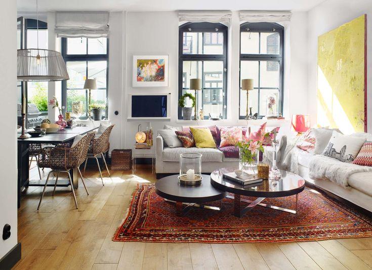 Ett prestigebygge på Manhattan stod som modell när gamla Rügheimer & Becker stråhattfabrik i Stockholm färgsattes. Blåsvara snickerier och mörka ekgolv blir vackra detaljer tillsammans med den bohemiska och färgstarka inredningen.