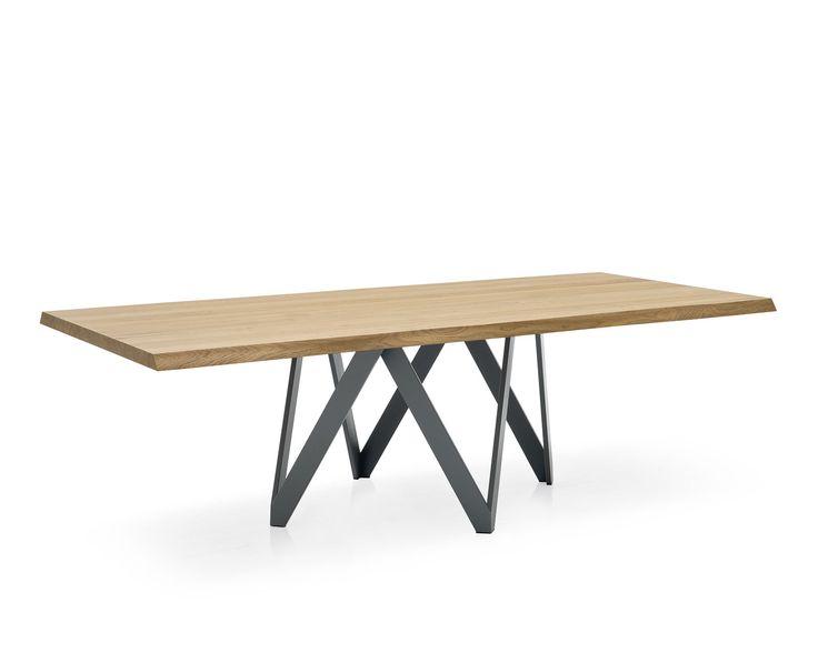 """Tavolo Modello Cartesio - Calligaris  Tavolo dalla linea elegante e iconica caratterizzato da un'originale struttura portante in metallo verniciato e composta da 4 elementi a """"V"""" di sezione rettangolare e indipendenti."""
