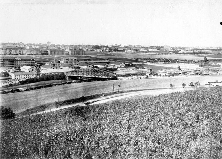 Navazující pohled na Vršovice z vrchu Bohdalec. Zcela vlevo lze spatřit objekty v areálu továrny Kooh-I-Noor a jezdecké kasárny, vpravo pak ...