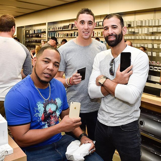 New phones for the boyz will come in handy for the playoff push!  Celulares nuevos para los muchachos, buen regalito para el final de temporada!  #6SPlus  @encadwin @a_sanch41 our boy @davidprice14 was in a hurry and couldn't wait for us