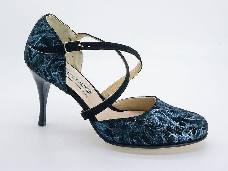 Γυναικείο παπούτσι tango closed toe από μαύρο σουέτ με γαλαζοασημί νερά