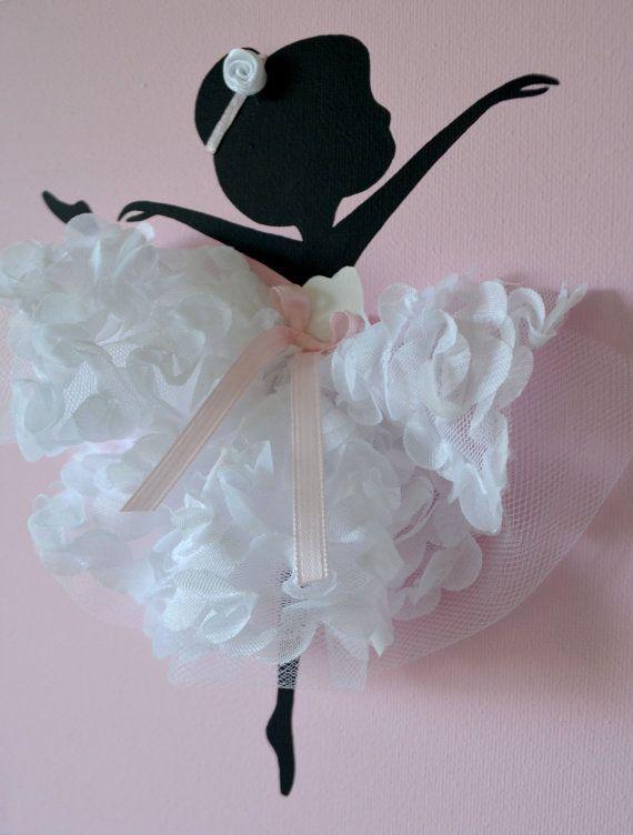 Conjunto de tres lienzos hechos a mano color rosas y blancos con bailarinas bailando en tutús. Cada lienzo es de 8 X 10. El fondo y las bailarinas están pintadas con pintura acrílica. Presentan bailarines vestidos de tul, cintas de seda y seda rozes. Lindo regalo para babyshower o cualquier amante de la bailarina.