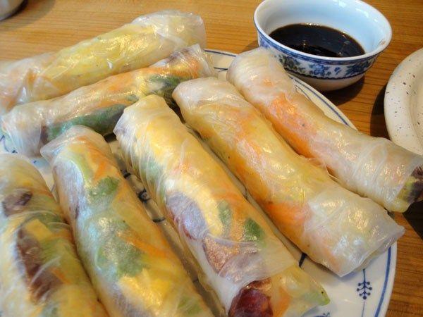 Bò Bía / Reispapierrollen mit Gemüsestreifen und chinesischer Wurst