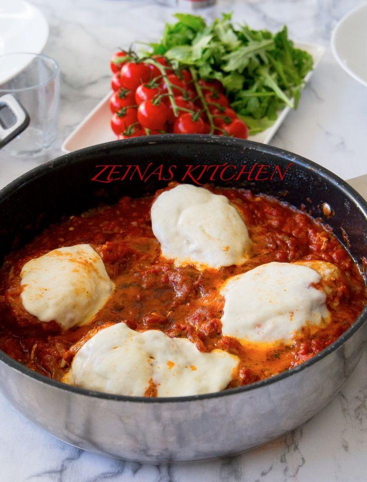 God och krämig tacopasta som du snabbt och enkelt lagar. Allt tillagas i en och samma kastrull, pastan ska inte förkokas eller silas, du slänger ner den direkt i såsen. Sen toppas det hela med massa ost… mmmm. Riktigt smarrigt! 6 portioner tacopasta 400 g pasta (gärna farfalle) 400 färs (kött- eller veggiefärs) 1 gul lök 1 påse tacokrydda eller 4-5 msk egenmixad tacorydda- recept HÄR! 400 g krossad tomat 2 msk tomatpuré 150 g riven ost Ca 6-7 dl vatten Olja till stekning Salt & peppar Gör...