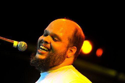 No sábado, dia 5 de abril, o cantor e compositor Ed Motta se apresenta na Arena Carioca Fernando Torres, às 21h.
