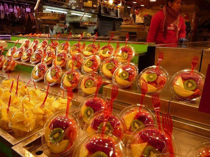 Porzioni di frutta pronta per il consumo nel mercato La Boqueria di Barcellona da www.tavolainscena.com