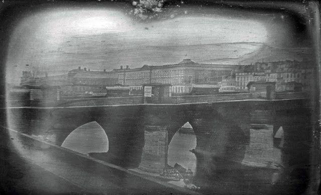 Nous sommes en 1839 à Paris Boulevard du Temple. Le cliché est anodin et pourtant il s'agit de la plus ancienne photo ...