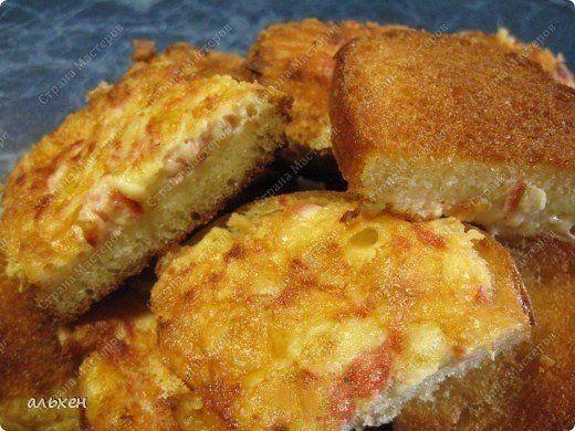 ГРЕНКИ НА ЗАВТРАК 🍳<br><br>Сложно придумать завтрак проще и вкуснее!<br><br>Ингредиенты: <br><br>● Батон <br>● Сыр <br>● Сосиска <br>● Яйца <br><br>Приготовление:<br><br>1. На крупной тёрке трём сыр, сосиску тоже трём. Вбиваем 2 яйца. <br>2. Перемешиваем. <br>3. Вилкой накладываем на кусочки хлеб..