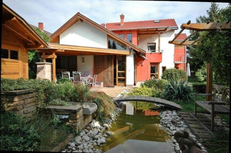 Keszthely şehir merkezi yakınında satılık müstakil ev. Evin bahçesi yemyeşil bitki örtüsü, meyve ağaçları ve üzüm bağıyla düzenlenmiştir. Ev harika durumdadır. Görülmeye değer ilgili çekici bir teklif.