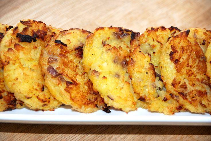 Se hvordan du laver de bedste hjemmelavede kartoffelrøsti, som først brunes på panden, inden de steges færdige i ovnen. Opskriften er uden æg. Kartoffelrøsti er meget nemme at lave selv, og ingredi…