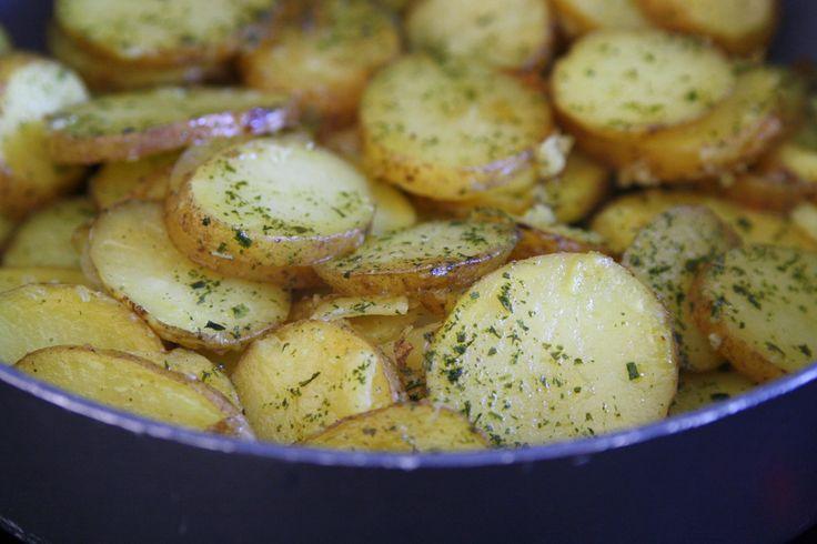 Råstekt potatis , som passar till det mesta! Det här behöver du : Fast potatis rajsolja 1 pressad vitlök salt örtkryddor Gör så här : Tvätta potatisen , och skär i halvtunna skivor. Ju tjockare skivor desto längre tid att tillaga. Hetta upp en djup pannan med pressad vitlök och … Läs mer