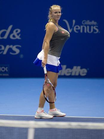 Wozniacki usou toalhas para aumentar o busto e divertir o público com imitação de Serena Williams  Foto: Bruno Santos/Terra