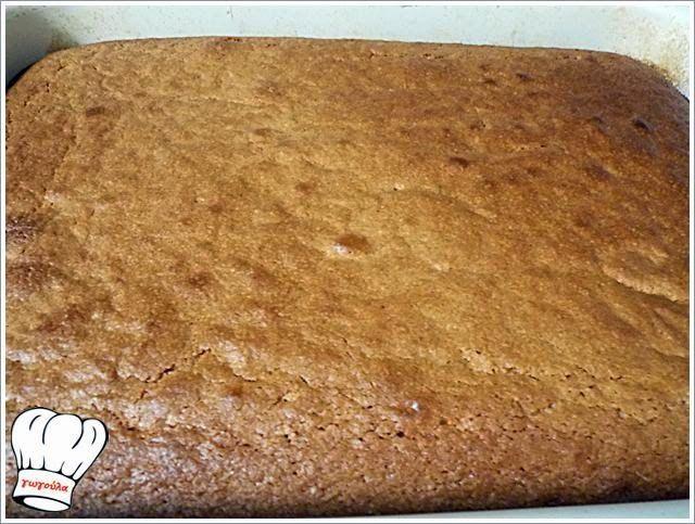 ΥΛΙΚΑ:1 πακετο φαρινα1 κ.της σουπας κανελα1 ποτηρι του νερου ζαχαρη1 ποτηρι του νερου καλαμποκελαιο1 ποτηρακι του λικερ κονιακ2 βανιλιεςξυσμα ενος πορτοκαλιου1 φλτζ τσαγιου σιροπι(απο οποιοδηποτε γλυκ