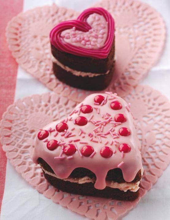 Receta de brownie de chocolate para San Valentin en otra variante con glasé y grana