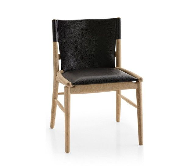 Jens è la collezione di sedute progettate da Antonio Citterio nel 2017 per il brand B&B Italia. Elegante connubio tra la struttura in legno e il rivestimento seduta/schienale in cuoio con grana.Antonio Citterio prende ispirazione dalle sedute orientali per disegnare la collezione Jens. Disponibile con o senza braccioli, le sedie Jens hanno struttura in legno tornito e curvato cui si aggiunge il cuoio per le sedute e gli schienali ad impreziosire il progetto. Per la sedia Jens, diseg...