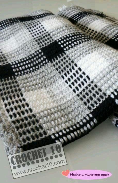 Este proyecto es elaborado en crochet.se empieza con una malla se entrelasan hebras en los cuadros hasta llenarlos.