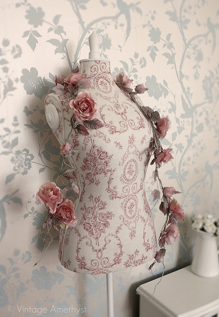 rose garland vintage style mannequin pink rosa pink. Black Bedroom Furniture Sets. Home Design Ideas