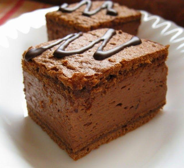 Sastojci: Kore  100 gr putera  150 gr čokolade  100 gr šećera u prahu  2 kašike brašna  4 jaja Fil: ...
