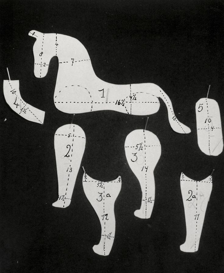 Handwerken, speelgoed maken. Papieren patroondelen om een speelgoed-paard (knuffel) mee te maken. Nederland, 1950-1960.