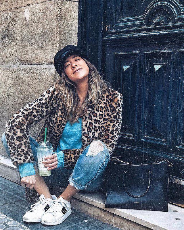 Hemos combinado un jersey en color azul cielo con unos jeans moms style con desgastados en las rodillas. Ya de por sí estas prendas te permitirán sentirte cómoda y son dos de las más seguidas este invierno pero si a ello le sumamos el glamouroso abrigo de estampado de leopardo tendrás un look de 5 estrellas.