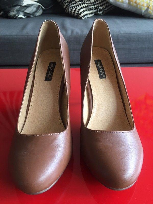 Escarpins marron imitation cuir taille 41   ! Taille 41  à seulement 8.00 €. Par ici : http://www.vinted.fr/chaussures-femmes/escarpins-and-talons/29734586-escarpins-marron-imitation-cuir-taille-41.