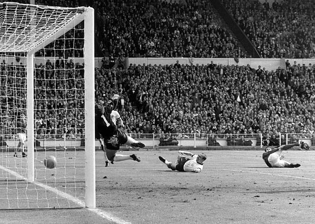 Geoff Hurst. Goal or not ? England wins the World Cup - 1966