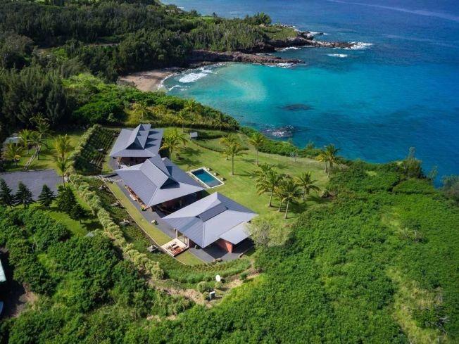 """Hawaii álomotthon - Peter Lik, a díjnyertes fotográfus, 19,8 millió dollárért árulja a Mauin található kastélyát. Az óceánra néző három kunyhón tavaly közel 3 millió dolláros felújítást végeztek el, amit maga Lik felügyelt. Ez az otthon valóban csodálatos hangulatba varázsolja az embert. A Forbes magazin szerint az otthon árába beletartoznak a házban található művek is. Ez igen nagy ajándék a művészúrtól, hiszen a közelmúltban rekordot döntött a képei eladásával. """"Phantom"""" című műve jelenleg…"""