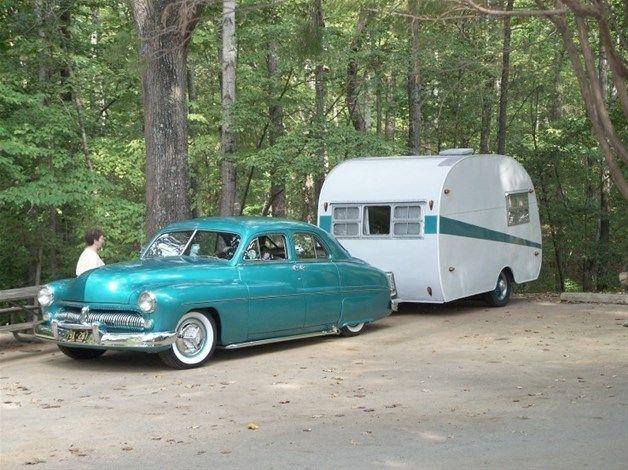 Trailer Canned Ham da década de 1950 com um típico Bulgemobile da mesma época (© Al Hesselbart/RV/MH Hall of Fame and Museum)