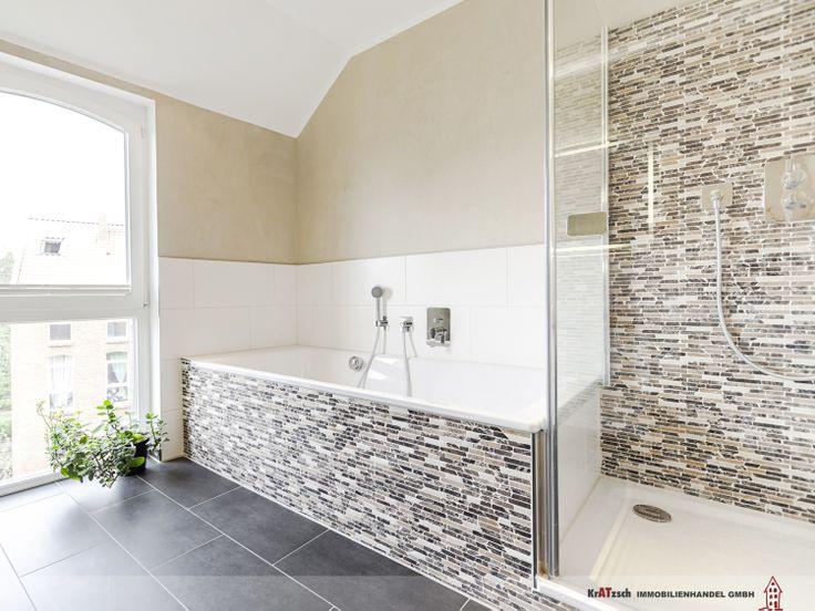 Das Hauptbad ist über das Schlafzimmer zu erreichen. Das optimiert die täglichen Abläufe.  Eine großzügige Raumgestaltung und auch hier ein bodentiefes Fensterelement werden den heutigen Anforderungen an Bäder gerecht.  Unterschiedliche Wandfliesen teilen einzelne Sanitärobjekte ab und lassen den Raum noch größer wirken.