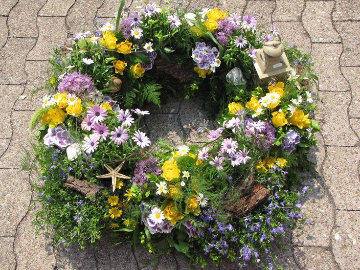 Gepflanzter und gesteckter Trauerkranz, mit Muscheln und Laterne. Anlass Trauerfeier für einen Nordseeliebhaber.