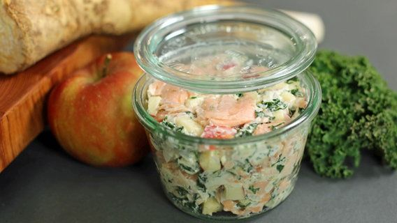 Lachs-Salat in einem Glas.