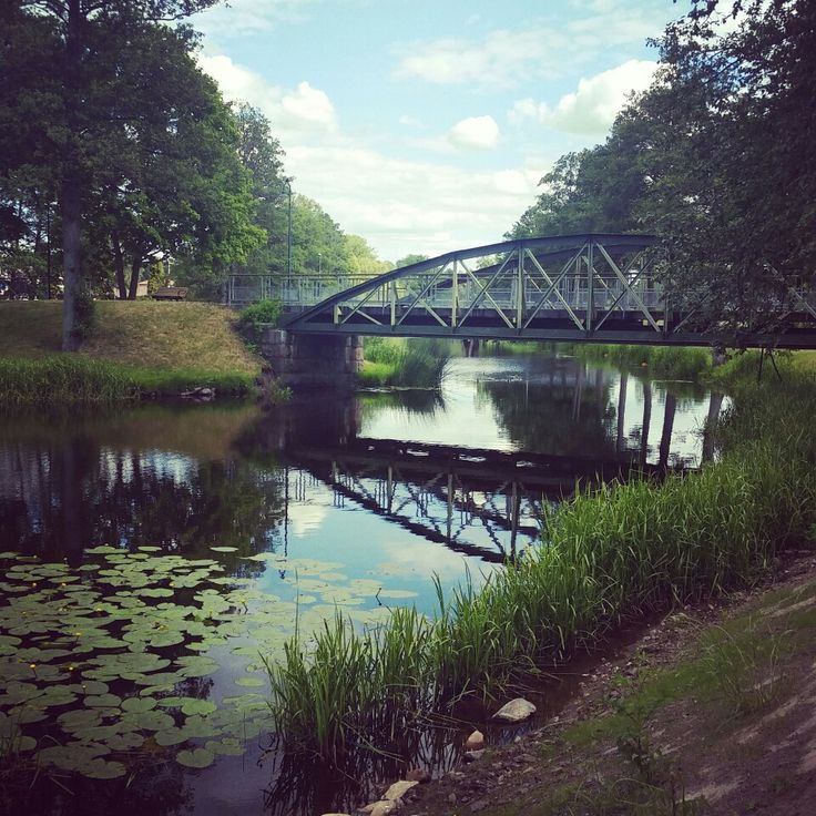 Swedish: bro    🌉    English: Bridge