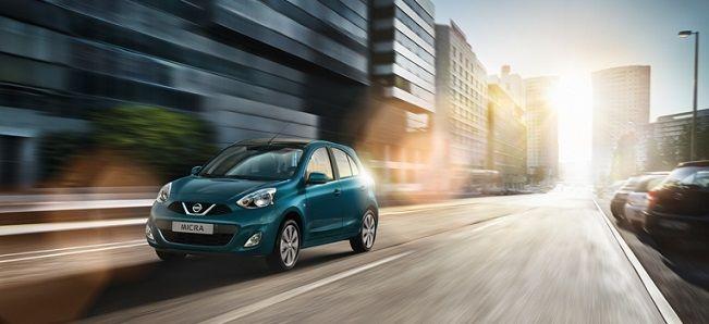 Błękitne auto marki Nissan