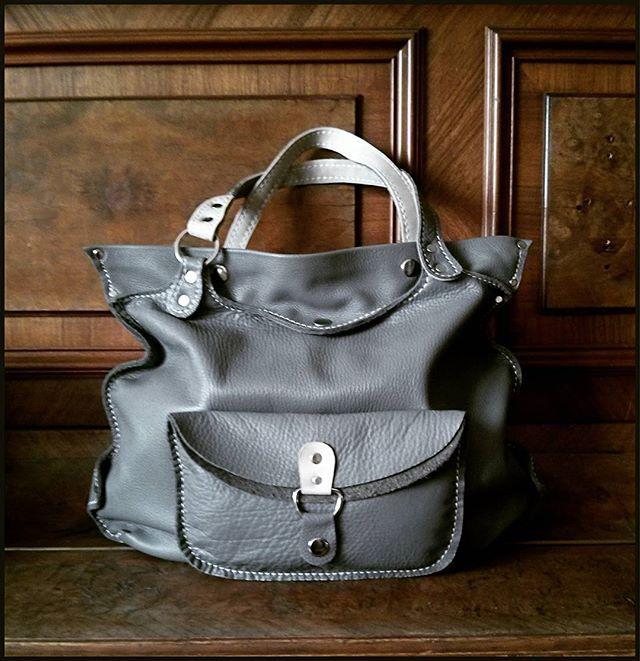 Кошка   Объемная мягка сумка, замечательно дополнит любой лук. Внутри - одно отделение с карманом.  Размеры: 38*38*10  Сумка продана. Сделаю похожую на заказ (точное повторение невозможно) Возможен вариант в других цветах  #Кожаная_женская_сумка #женские_дизайнерские_сумки #необычные_сумки #авторские_сумки #сумки_ручной_работы #handmade_bags #woman_leather_bags #burtsevbags