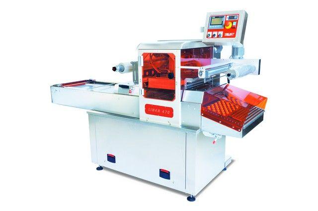 LINEA 470 Termosigillatrice automatica in linea in atm protetta con struttura in acciaio inox, stampi e campana vuoto in alluminio Peraluman, con STAMPO SINGOLA, DOPPIA o TRIPLA IMPRONTA (es. 1x 1/2GN - 2x 1/4GN - 3x 1/8GN - 2x piatto180x180mm), cambio stampo rapido, controllo presenza vaschette, pannello operatore touch con ricette per gestione programmi e h vasch. diverse (h. max vasch. 100mm, largh. max bobina 470 mm), pompa 100 - 120 m³/h