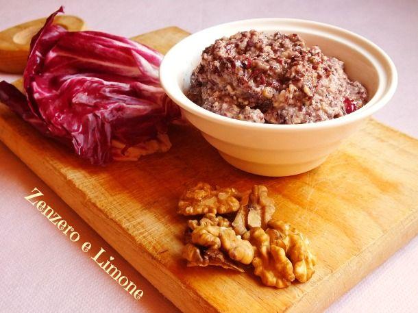 Il pesto di radicchio e noci è un condimento piuttosto insolito ed originale adatto a tutti coloro che amano il sapore leggermente amaro di questo ortaggio.