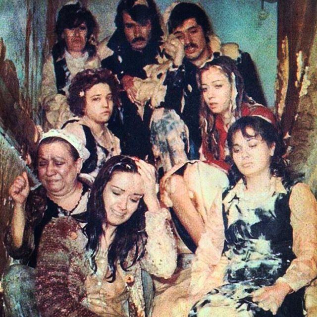 """""""Gülen Gözler"""" 1977  Senaryo Sadık Şendil  Görüntü yönetmeni Hüseyin Özşahin Müzik Melih Kibar Yönetmen Ertem Eğilmez  Güzel sahnedir bu..Bu kare de öyle.. Çok değerli bir arkadaşımız tarafından tablosu yapılıyor bu fotoğrafın..Müzenin en güzel yerinde olacak inşallah..❤"""