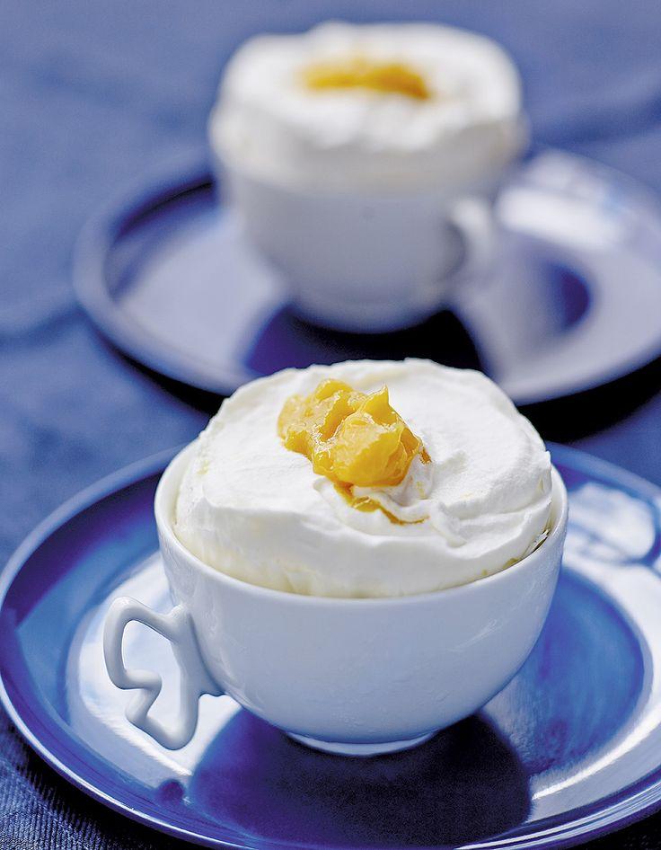 Recette Soufflés glacés vanille-mangue : Pelez la mangue et coupez-la en dés. Mixez-la avec quelques gouttes de jus de citron. Réservez au frais.Séparez le...